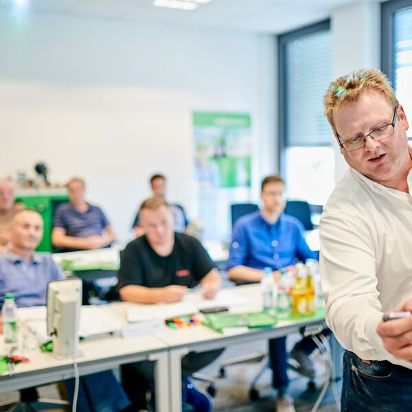 SENNEBOGEN Training: Learning in the classroom and at the machines